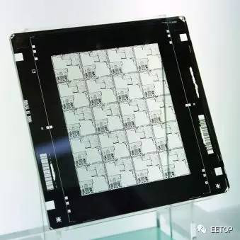 一大张的电路设计图,要缩小并压印到硅晶圆(基板),靠的就是光学原理.